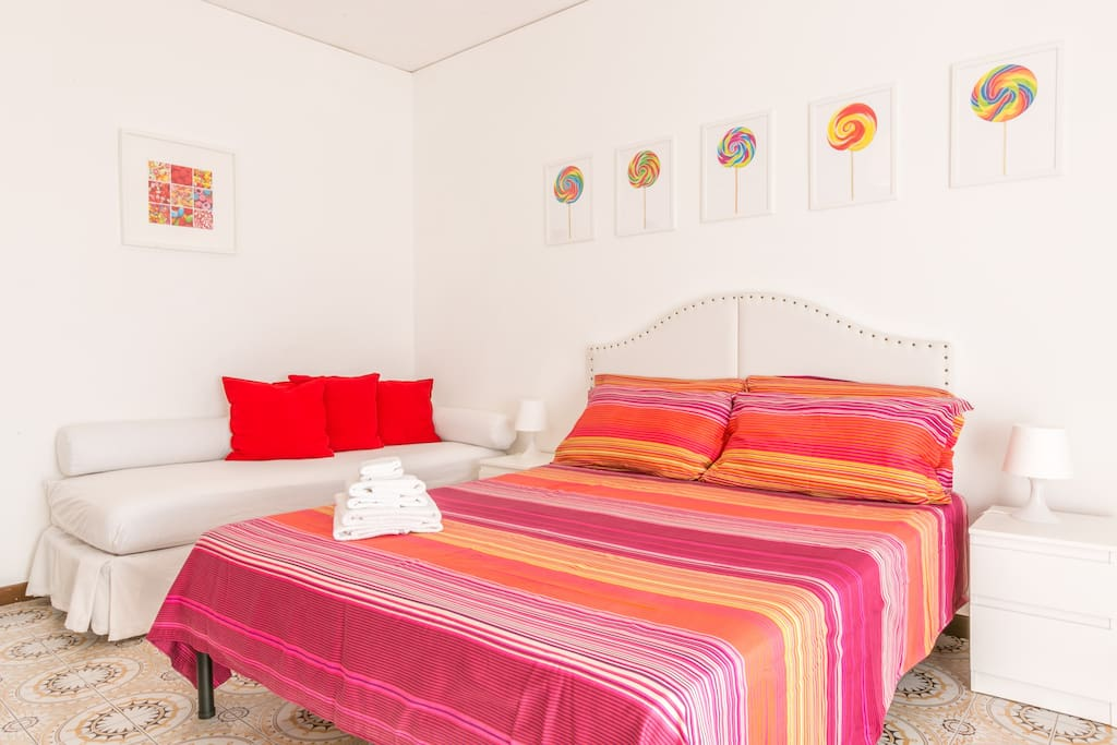 Double bedroom suite, with queen-size bed and twin bed, and access to the terrace. WIFI/TV/A/C