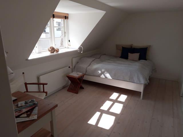 Soveværelse med Kingsize-bed / Bed-room with Kingsize-bed