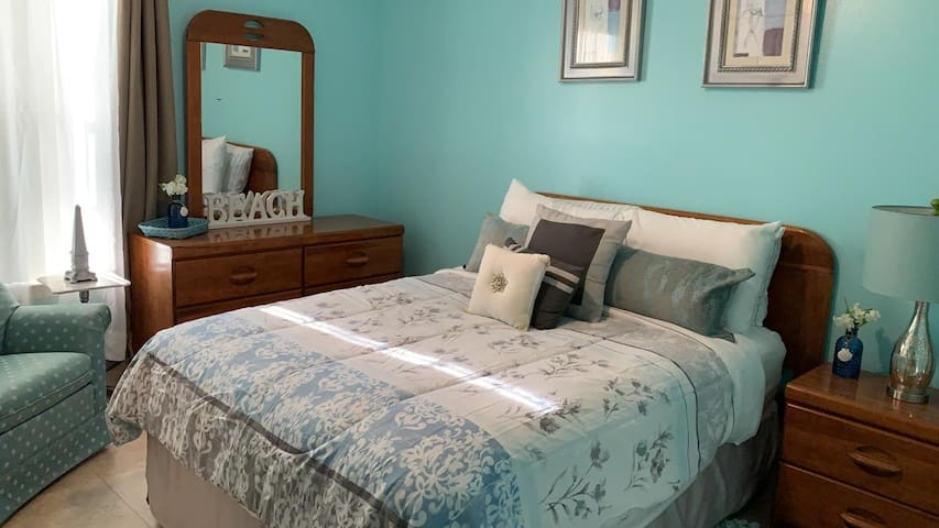 Private Bedroom 15 mins away from the beach