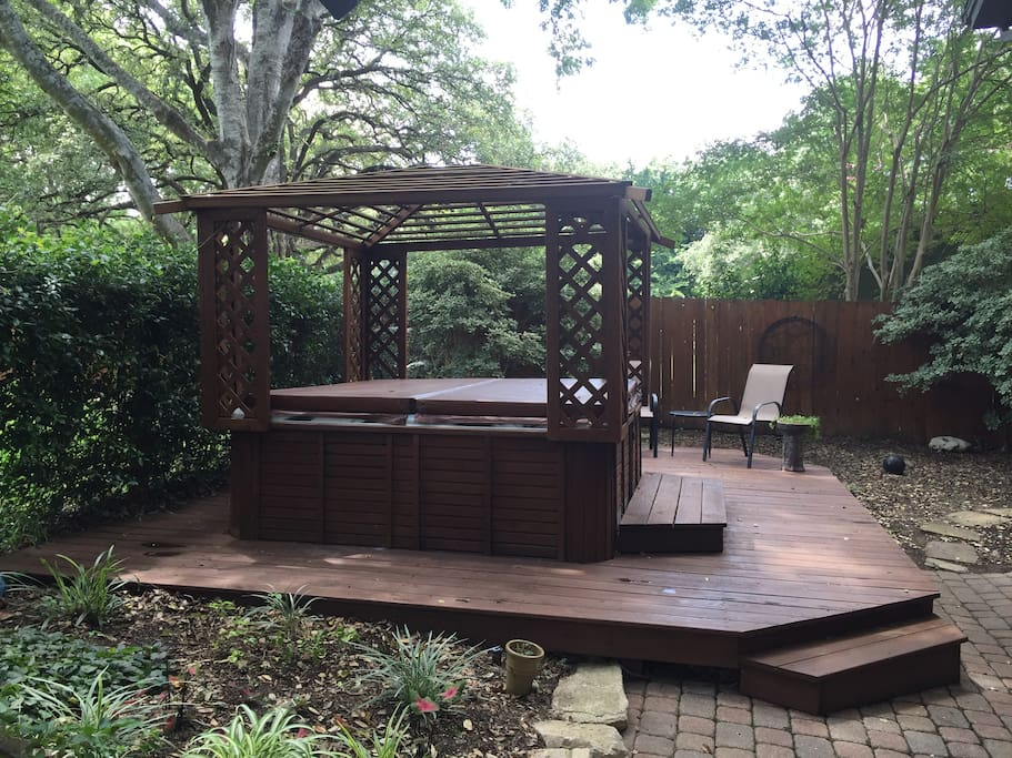 Secluded hot tub right out back