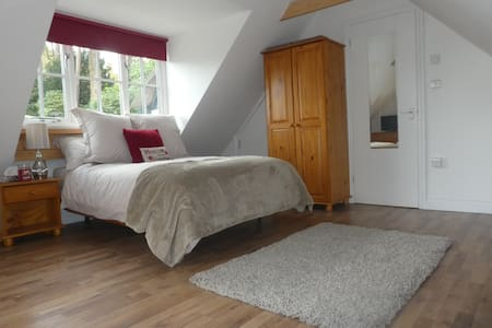 Glorious private annexe, peaceful AND convenient