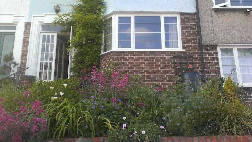 Clean, quiet, sunny with garden Nr Stokes Croft