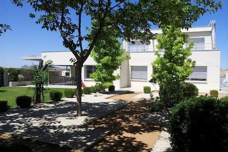 Villa with swimming pool and garden - Layos - Almhütte