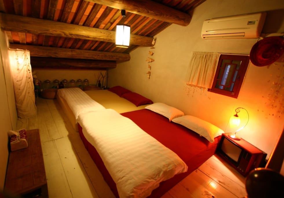 樓中樓的閣樓, 有二張單人床以及一張雙人加大床, 可睡四人