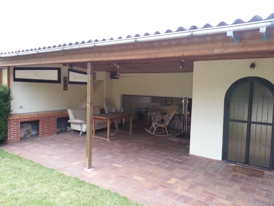 Überdachte Terrasse mit Zugang vom Wohnzimmer und Wintergarten