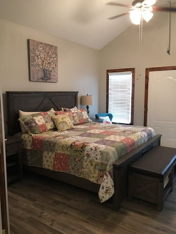 Prairie Cottage King Suite 1/2 block from PW Merc
