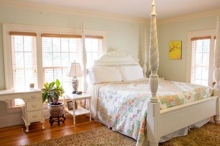 Romantic Room in Heritage Hill B&B
