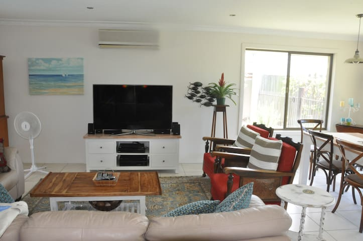 Private home/ 4 beds/2 bathrooms/pool/waterfront - Benowa - Hus