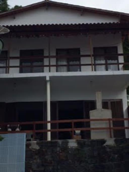 vista da frente - térreo e andar superior -varandas