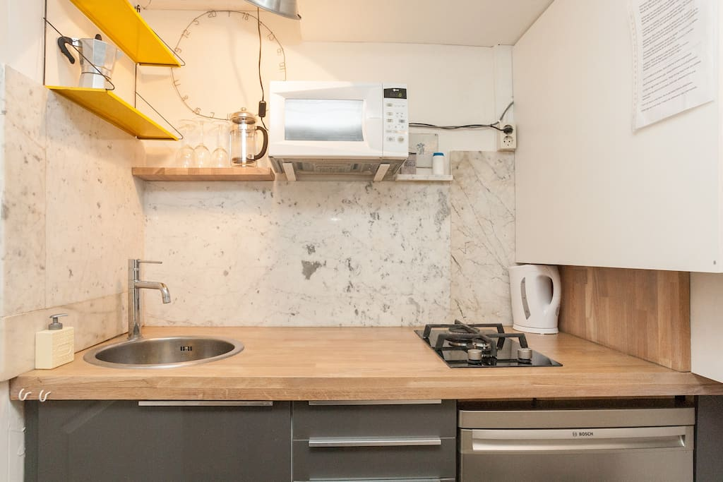 The kitchen with micro wave, fridge, coffee cooker and watercooker. And yes, we provide tea- and kitchen towels.