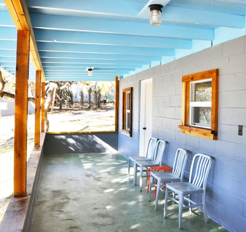 Modern Riverfront Camping Cabin with Rustic Charm - Wimberley - Kabin
