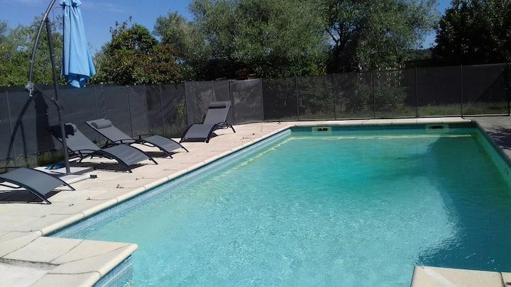 Studio indépendant dans maison avec piscine