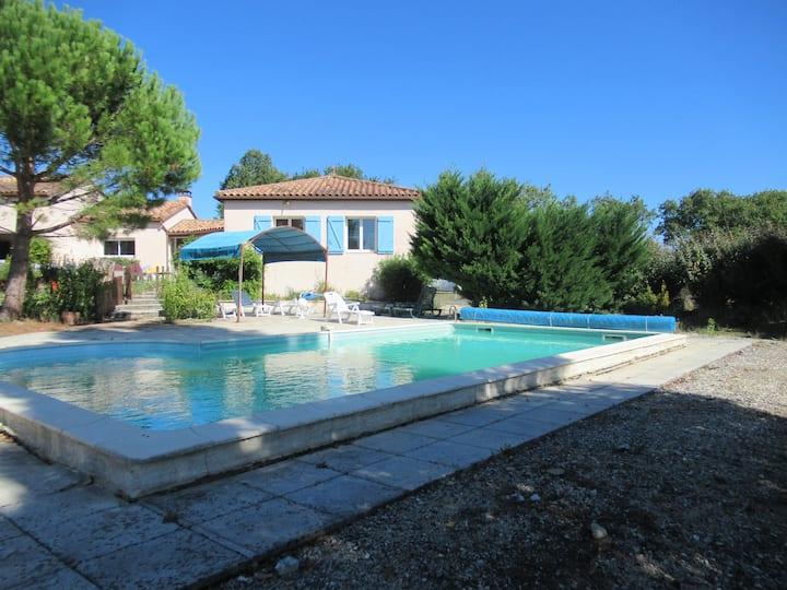 Villa 12 personnes piscine privée et boulodrome