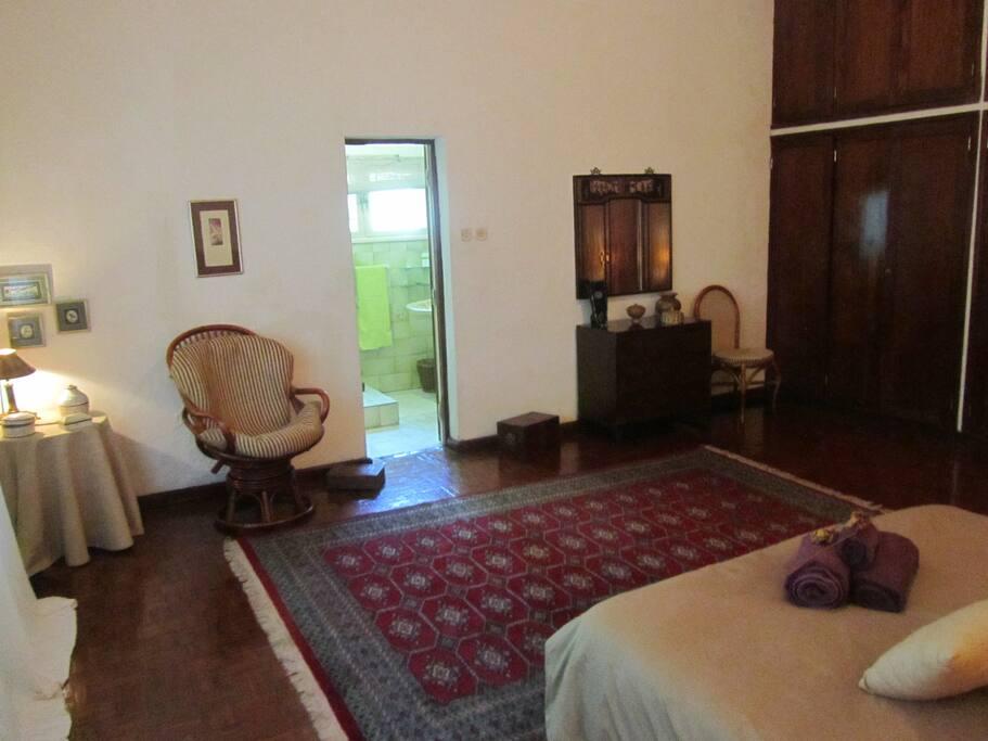 Quarto com cama de casal e casa de banho privada / Double bedroom with private bathroom