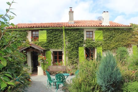 Vendee Farmhouse and Pottery - Saint-Maurice-des-Noues