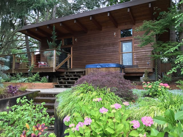 Douglas Fir Cottage - peaceful getaway