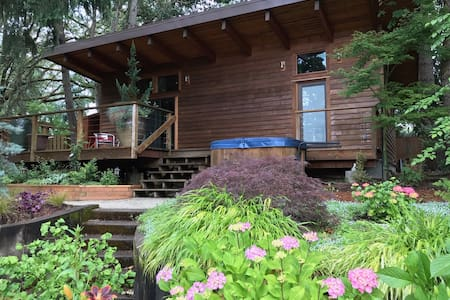 Douglas Fir Cottage - peaceful getaway near U of 0