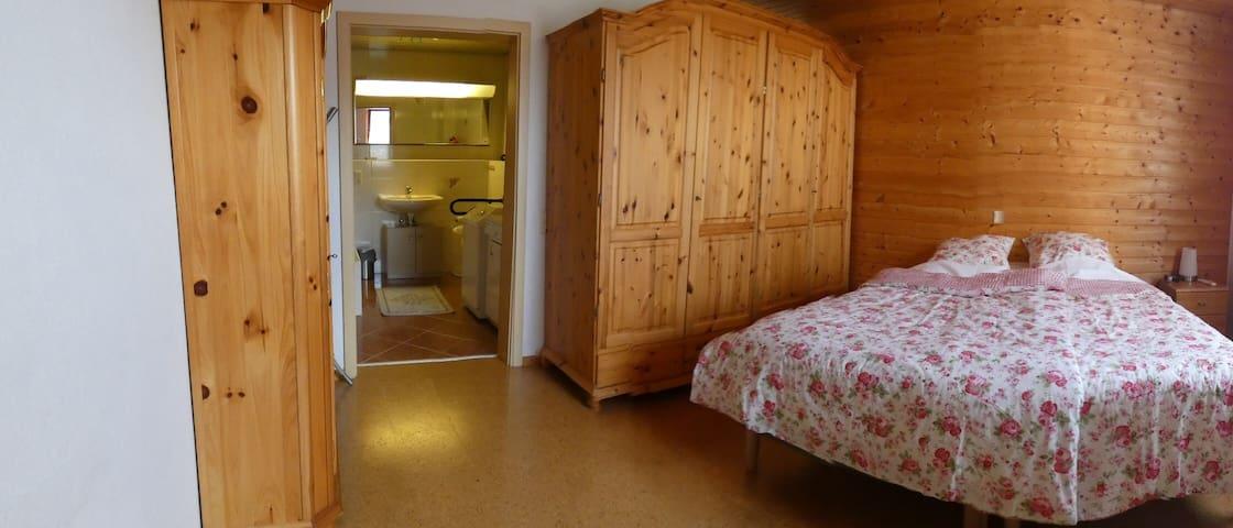 Schlafzimmer mit Eingang zum Badezimmer
