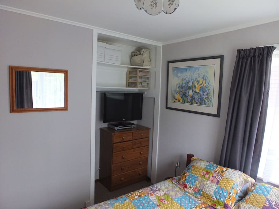 Set of Drawers: TV Queen Size  Bed