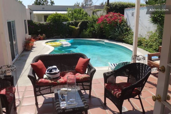 2 Bedrooms Beverly Hills Cozy Cottage and Pool