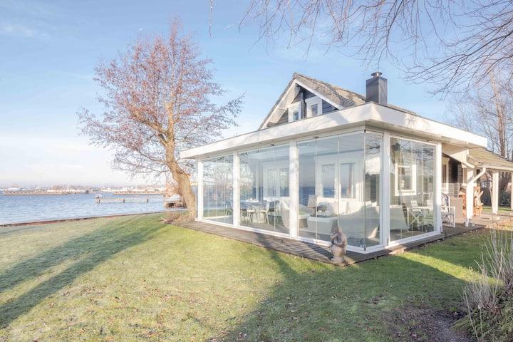 Lake-side Holiday villa in Vinkeveen
