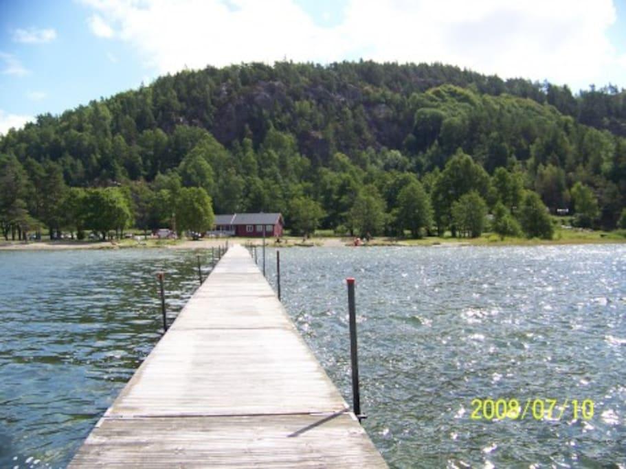 Bryggen på stranden på badestranden ved siden av hytta. /The beach next to the cabin