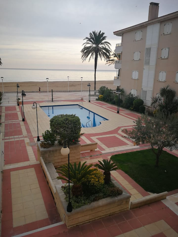 3 bedroom oceanfront, huge terrace, pool and pkg