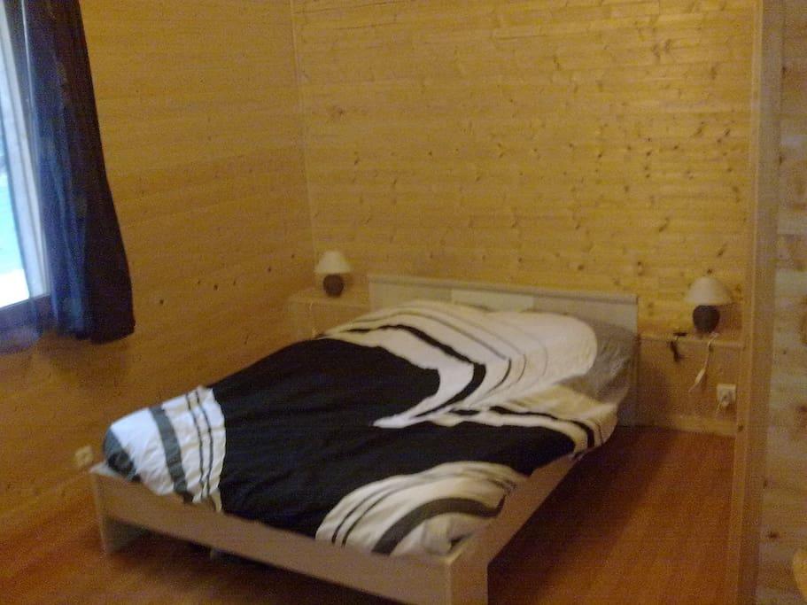 vrai chambre avec armoire, salle d'eau à l'italienne, WC séparé