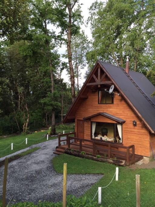 Una casa con aire de cabaña, o una cabaña con tamaño de casa.