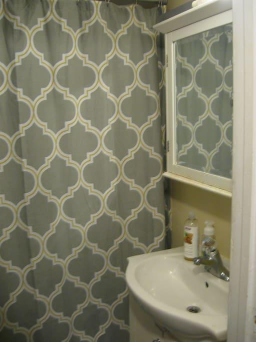 Full size bathroom wth tub/shower