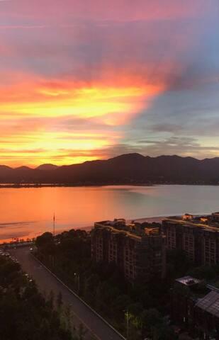 最美不过在飘窗上看落日