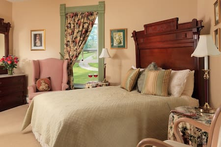 The Looking Glass Room at Afton Mountain Bed & Breakfast