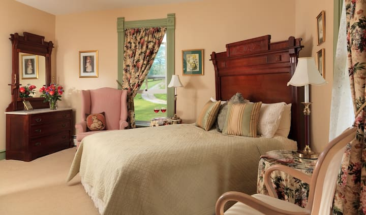 Afton Mountain Bed & Breakfast - The Looking Glass Room
