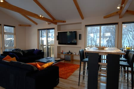 2BD w. jacuzzi & forest views West - Niseko