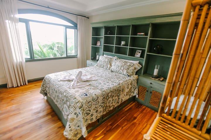 Guest Bedroom #4 w/ Jungle view -   1 Queen Bed (Shared bathroom)