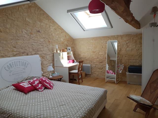 Chambre climatisée, en haut escalier en bois. Lit 160x200.