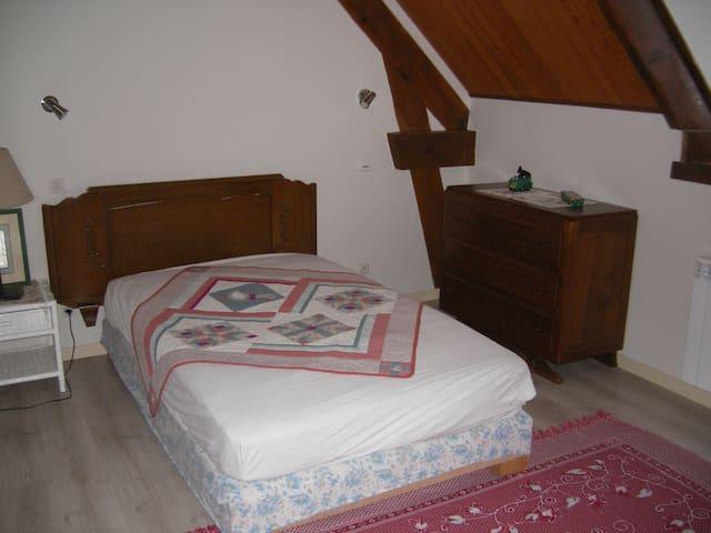 chambre indépendante a l'étage - Pars-lès-Romilly - Casa