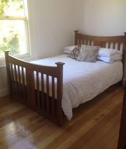 Room and Loft in Beach House  - Kingston Beach - Hus