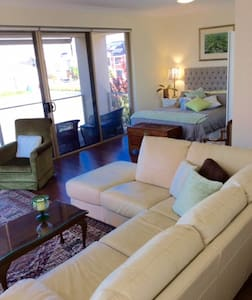 Beautifully furnished Exec Suite - Hus