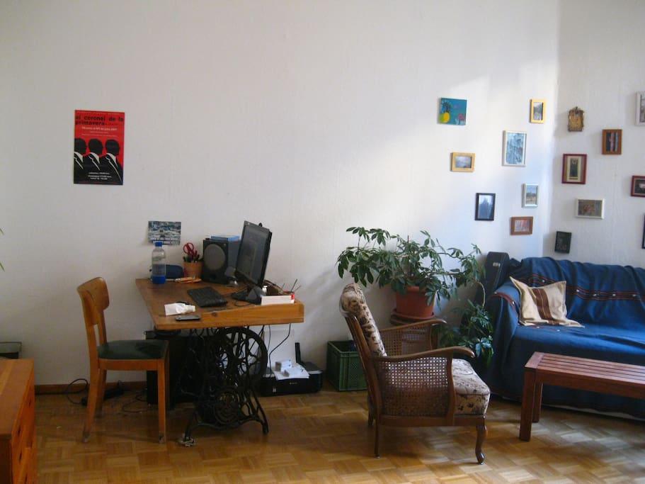 Wohnzimmer / living room / sala mit/with/con Arbeitsplatz/working space/escritorio
