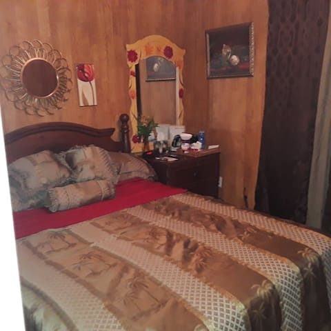 Quiet & Cozy Bedroom w/PVT Bathroom &Hot Breakfast
