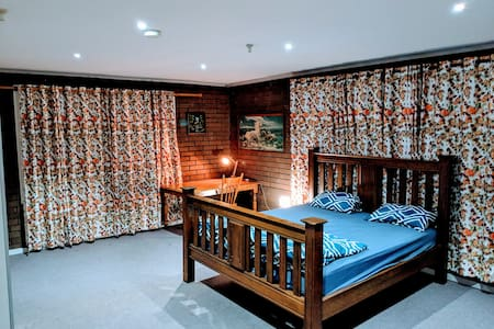 King ensuite with own entry,close to airport & CBD