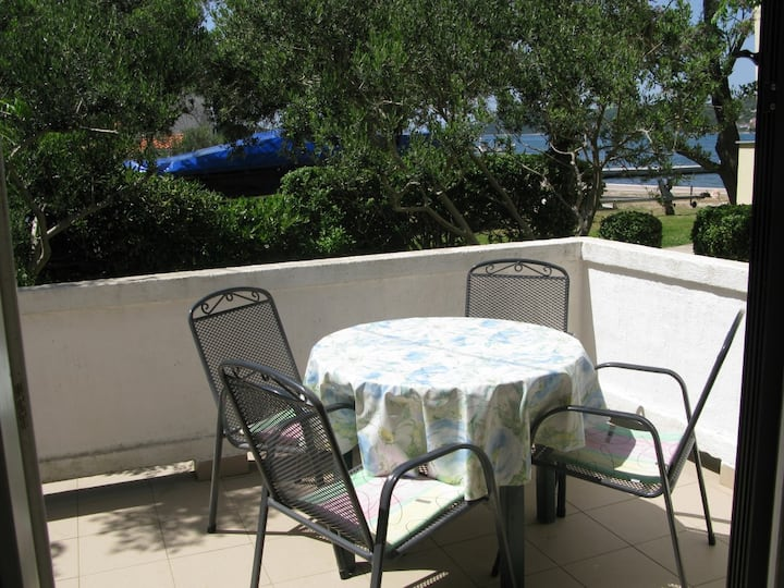 Holiday home 20m from the sea, (4+2) with seaview