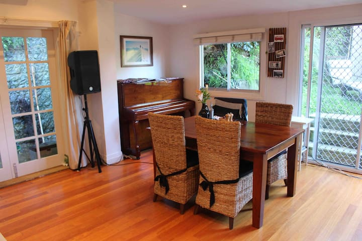 Bright Private room in beautiful home with garden! - Manly - Casa
