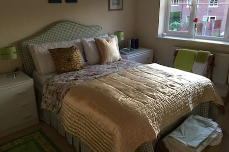 Comfortable double bed with ensuite - Calveley