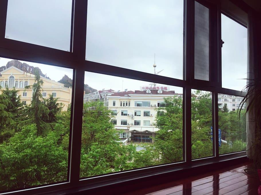 客厅落地窗外是浮山