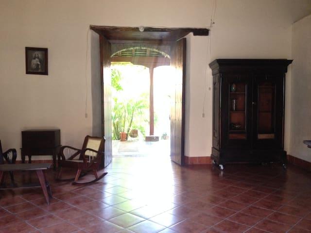Casa Colonial LidyMart-Puente de amistades - León