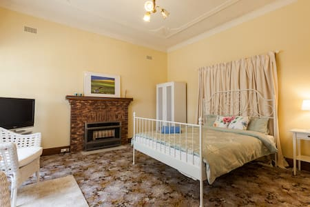 Spacious Queen Bed Central Kew - キウ (Kew)