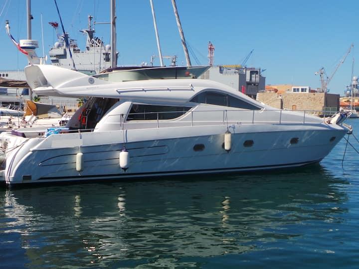 Nuit à bord d'un yacht de prestige Toulon pour 6 P