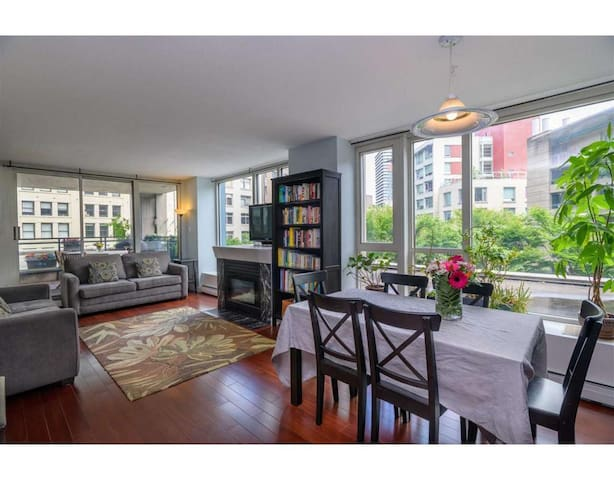 Downtown-980 sqft 2BR Condo Next to Skytrain